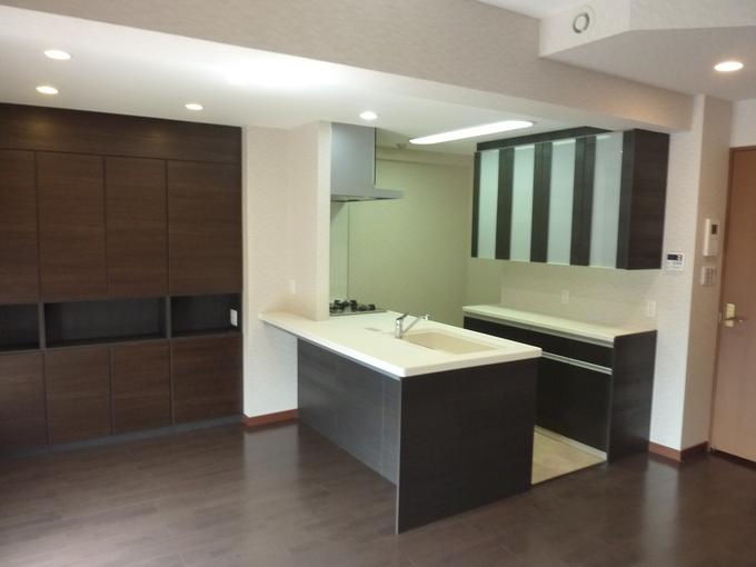キッチンの壁を取り払いリビングと一続きの広い空間になりました。