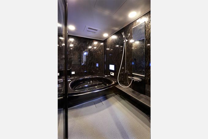 黒く光る高級感のあるユニットバス