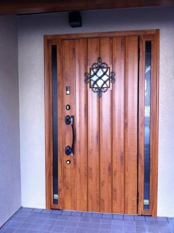 ロートアイアン調の鋳物に錆風塗装のドア