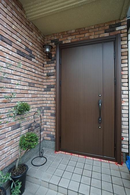 採光は不必要と判断されて重厚感を優先した玄関ドアに