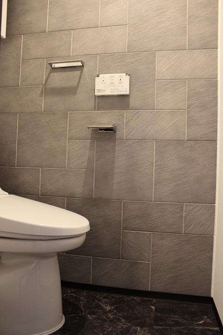 壁・床を変えるだけで意匠性が高いレストルームに