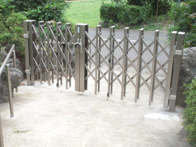 玄関までのアプローチに勾配用の手摺りと新規門扉を取付け