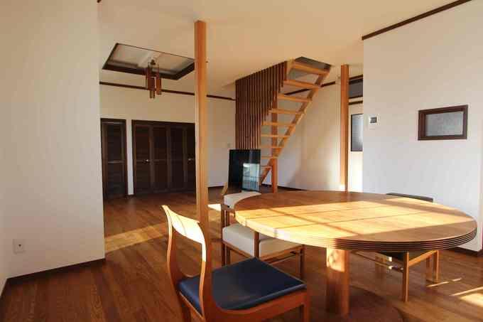 レトロな家具が調和するリビング