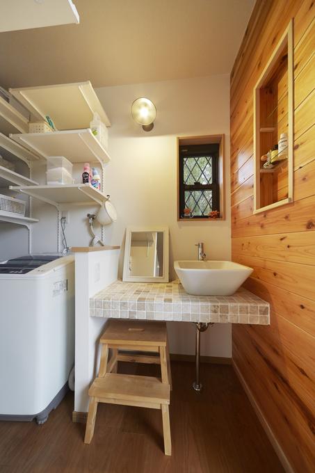鮮やかなマンゴーイエローの対面キッチン