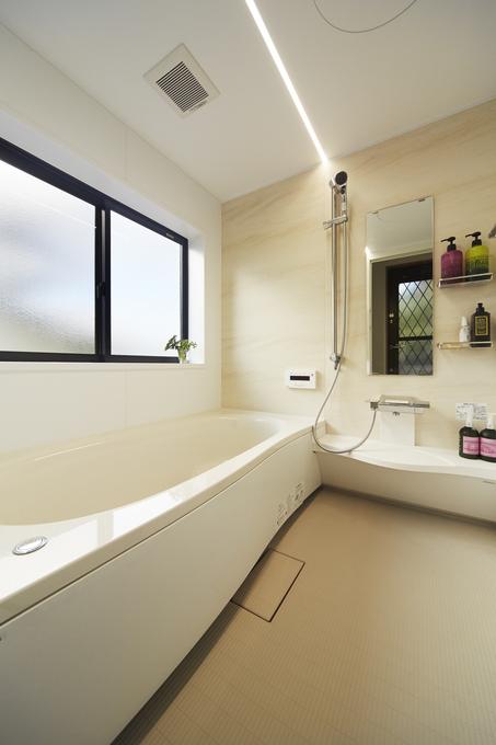 ベージュで統一して広々とした浴室