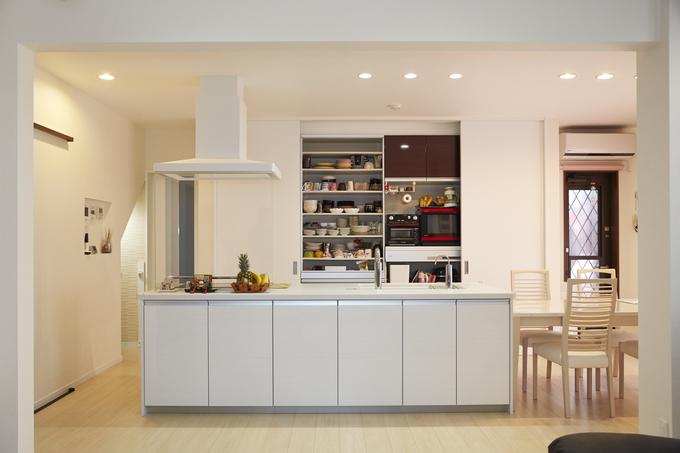 動線を改善したシンプルモダンなアイランドキッチン