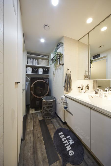 リアルな質感の木目調やレンガ調でヴィンテージ感溢れる洗面所へ