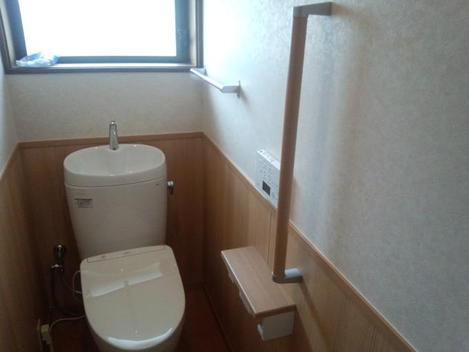 木目の腰壁がキレイな落ちついたトイレ