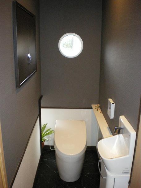 スリットから漏れる光とシックなトイレ