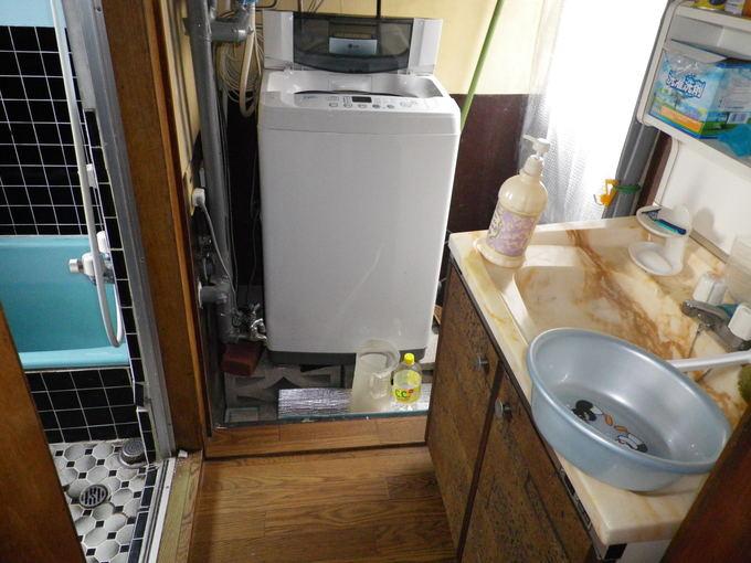 洗面台の出幅が脱衣場を狭くしてます。
