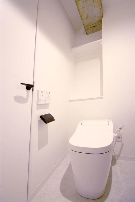 広いトイレにこだわりの洗面ボウル