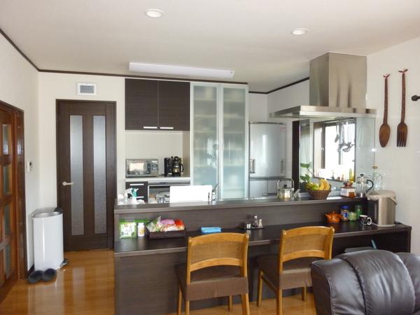 豊かな背面収納付きの対面式キッチン
