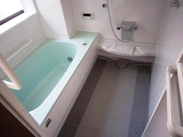 鉄骨の柱が緩衝する変形した浴室のリフォーム