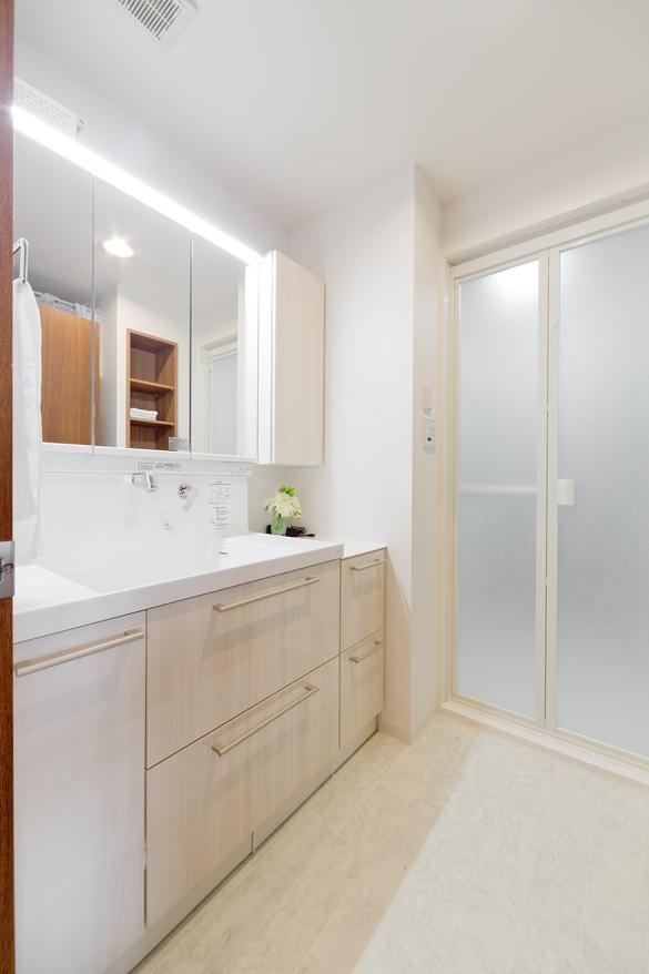 水垢が溜まりにくい壁付け水栓と、カウンター・ボウル一体型洗面台で、お手入れがとっても簡単に。