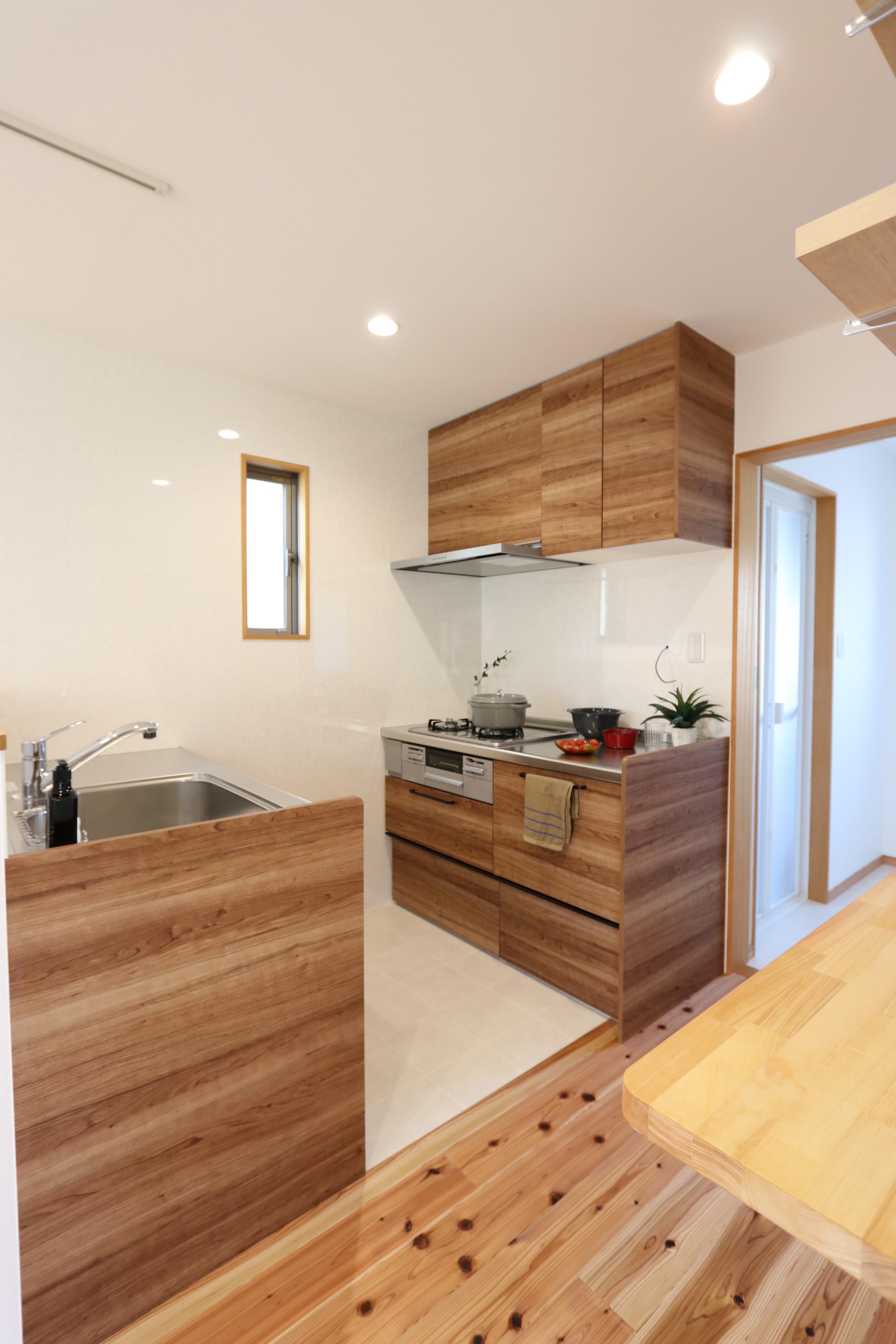 木目調の2列型のキッチンです