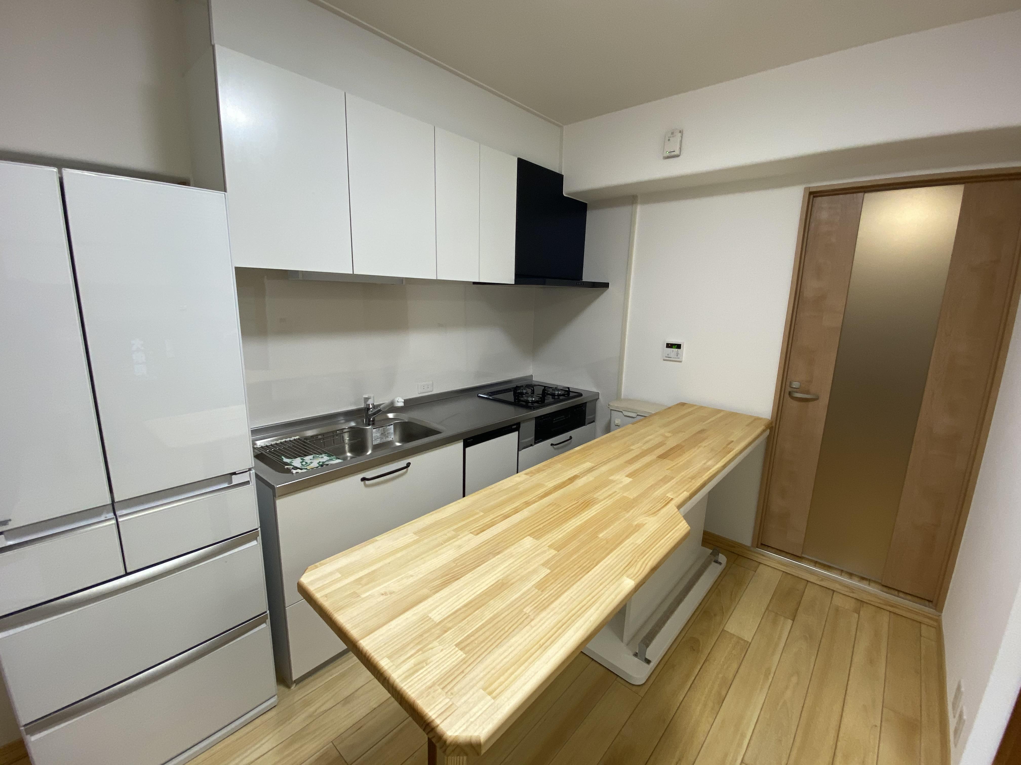 収納量が増えて無垢材テーブルカウンターで家事がはかどります。