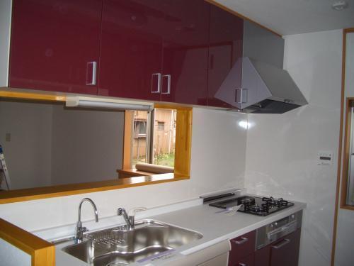 赤をアクセントカラーとしたスタイリッシュなキッチン