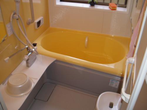 黄色を基調とした明るいバスルーム