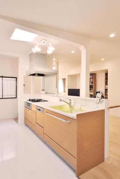2つの天窓から自然光が注ぐ明るい対面キッチン