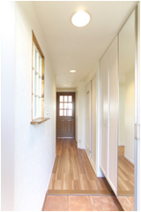 新たに設置した玄関収納は、お子様の成長を視野に入れ、天井ぎりぎりまで有効活用出来る大型のものを採用。