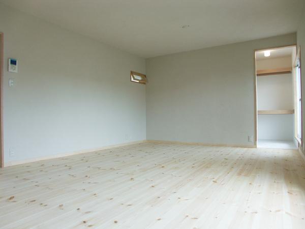築年数が経った部屋。 木の香りがする部屋へ生まれ変わりました