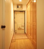 玄関とリビングに天井いっぱいまでのクローゼットをつけ、収納力をUPしました。