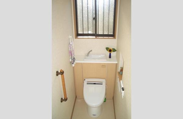 カウンター付きのお洒落なトイレに一新のリフォーム事例