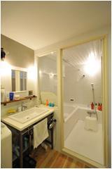 白が基調の浴室