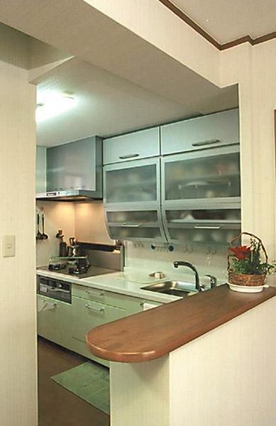 カウンターの下がり壁を取り明るく【キッチン】