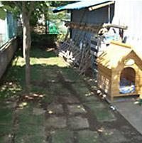 建物の壁を利用して犬用の柵を設置【外構】
