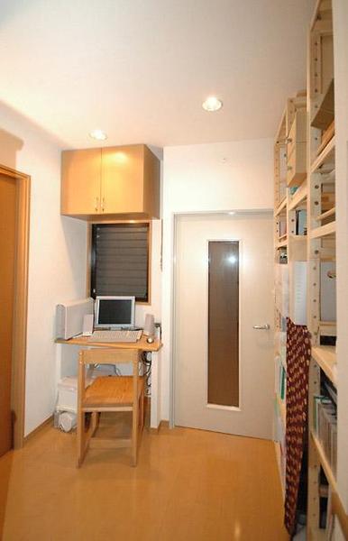 LDKの入口脇にはDENスペース(書斎)子供部屋、寝室など)