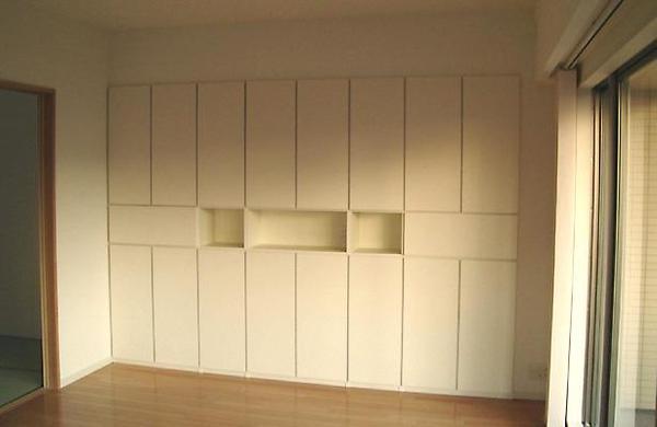 壁いっぱいに造り付けられた壁面収納【リビング】