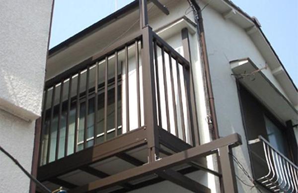 2階に柱立てのバルコニーを設置しました