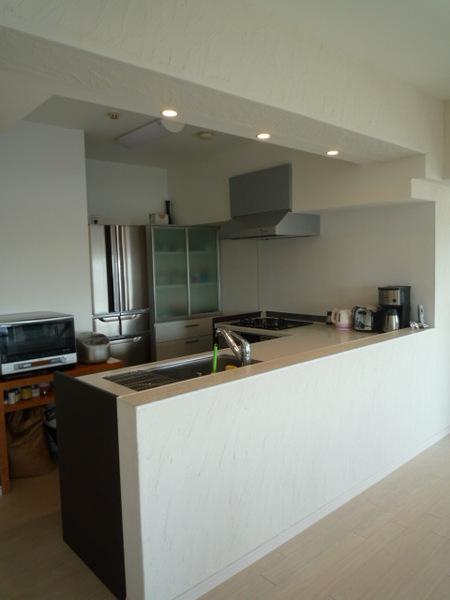 L型のオープンキッチンとカウンターはタイルで仕上げました。