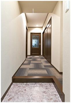 スロープにするのは簡単な工事でできるので、玄関の段差はあえてそのままに。