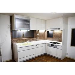 スッキリデザインの新しいキッチンにリフォーム
