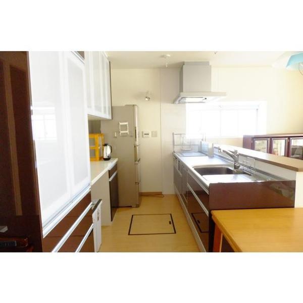 キッチンは家具の色と調和できる色をお選びいただきました。床下収納を新設しています。