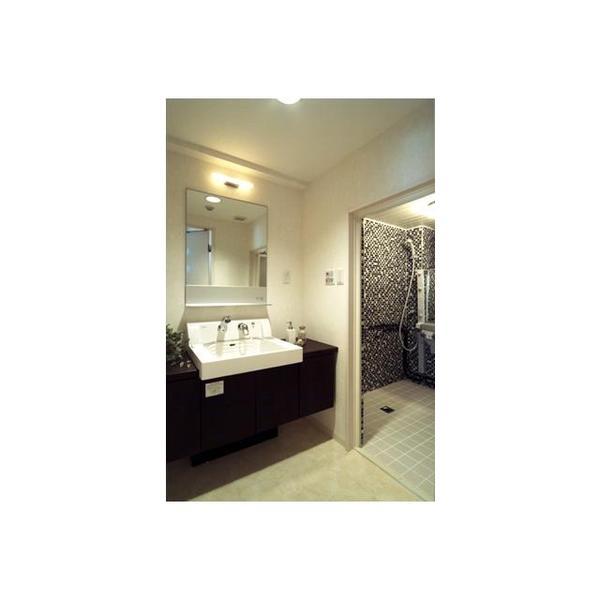 モノトーンで統一し洗練されたホテルのような佇まい。浴室にはあえてバスタブは設置せずミストバス仕様に。