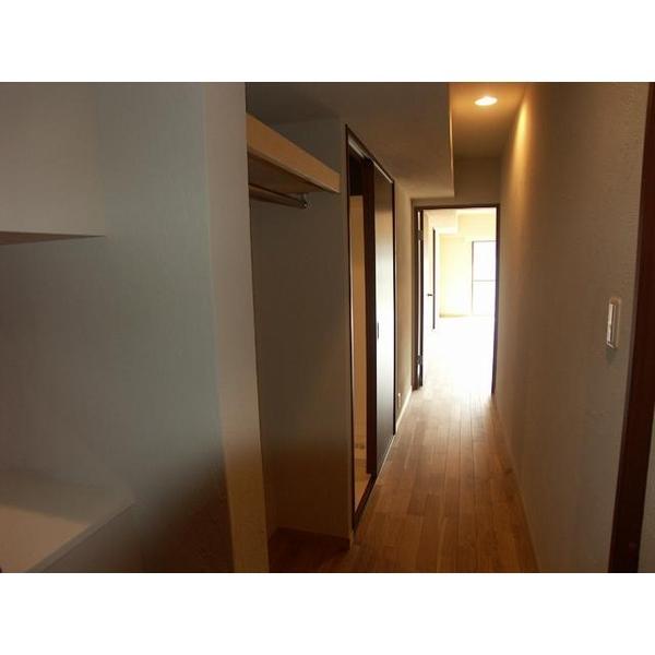 天井・壁を珪藻土塗り、床はナラ無垢フローリングにて仕上げました。