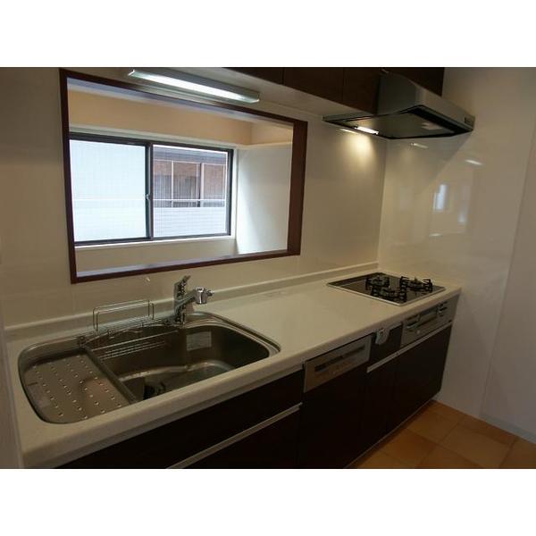 独立型(外から見えない)キッチンにしたいとのご要望から、既存の壁付けI型キッチンを、大きく移設。