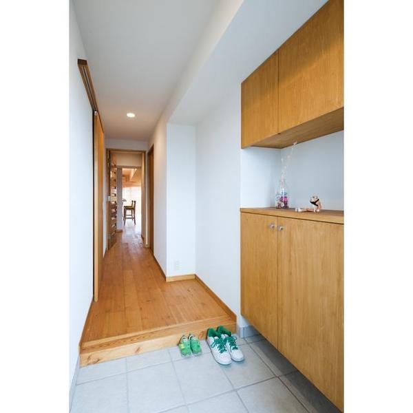 収納棚と廊下は同じカラーで統一感がある。