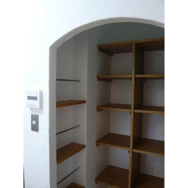 使用になる可能性が低い勝手口を撤去し、パントリーを造作し、キッチン周りの収納量を確保。