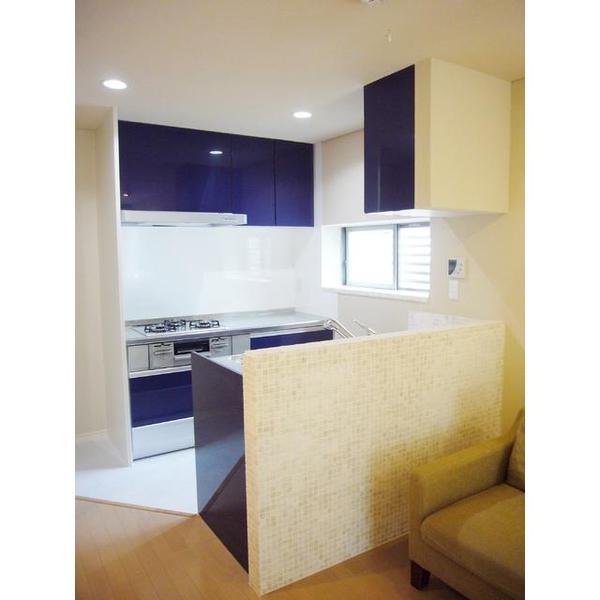 白い壁と鮮やかなブルーのキッチンが爽やかな印象です。