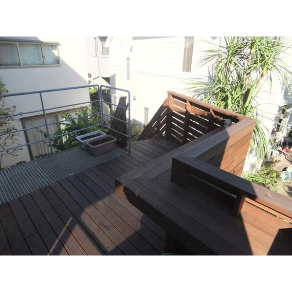 庭上のデッキ庭園、2階リビングとつながっています。