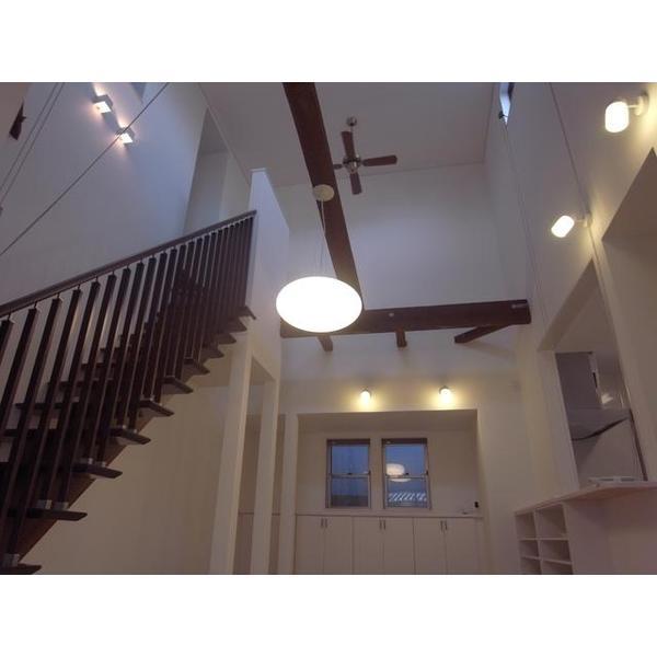 リビングに階段。吹き抜けの空間が気持ちいいです。