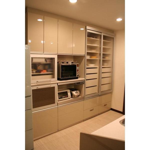 広々とした収納を備えたキッチン