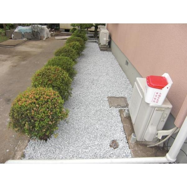 住まいの東側防草シートの上に砂利敷きをしました。