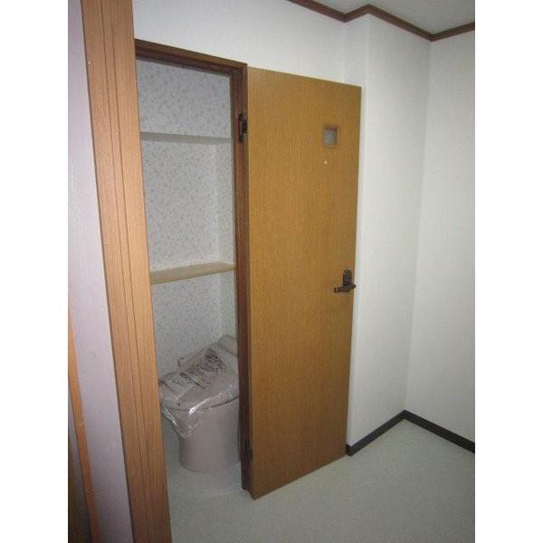 使いやすい棚を設置してバリアフリーにしたトイレリフォーム