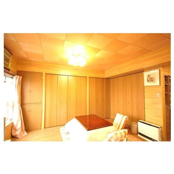 LDKには壁紙を使用せず、天然木材パネルや松の羽目板を使用してテイストを統一しております。