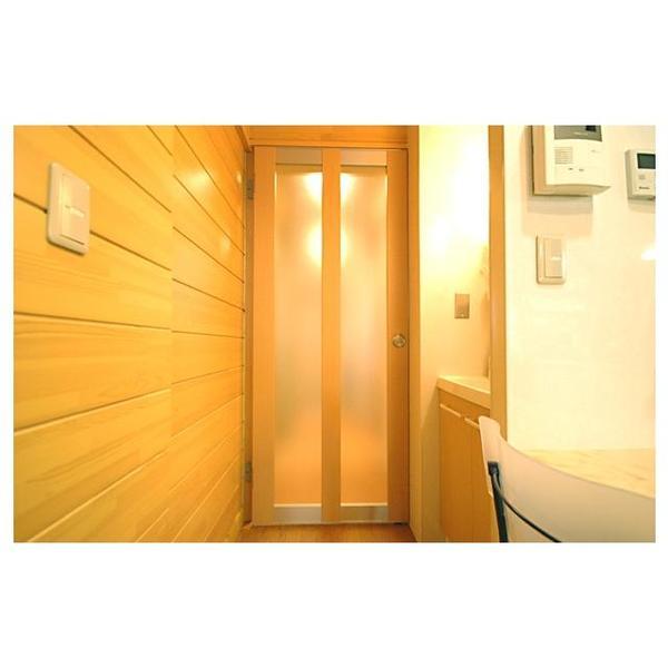 LDKの入口ドアは、開くと写真左側の壁にある段差部分にぴったり収納される設計となっております。